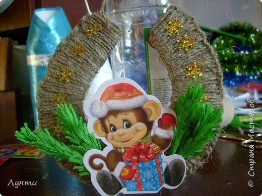 Мастер-класс Поделка изделие Новый год Моделирование конструирование подвеска-подковка с обезьянкой Бумага гофрированная Картон Шпагат фото 1
