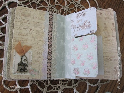 """Всем привет! Сделала миник по МК Светланы Лисициной.У нее был зимний, а у меня был набор бумаги """"Версаль""""- это и определило тему. Я исходила из своих возможностей и материалов, обложка у меня не тканевая, а бумажная, но ткани по теме найти не смогла, а бумага вписалась на мой взгляд. фото 11"""