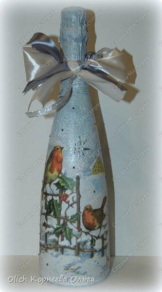 К Новому году в подарок украсила бутылки. Техника декупаж, несколько слоев краски с переходами, набрызг, рисунок контуром, горлышко украсила бантами из атласных лент. фото 2