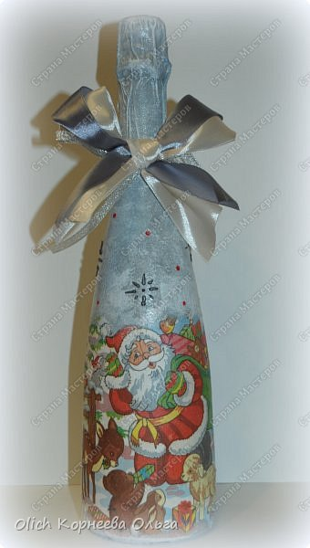 К Новому году в подарок украсила бутылки. Техника декупаж, несколько слоев краски с переходами, набрызг, рисунок контуром, горлышко украсила бантами из атласных лент. фото 5