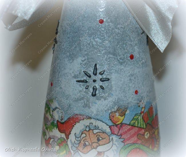 К Новому году в подарок украсила бутылки. Техника декупаж, несколько слоев краски с переходами, набрызг, рисунок контуром, горлышко украсила бантами из атласных лент. фото 7