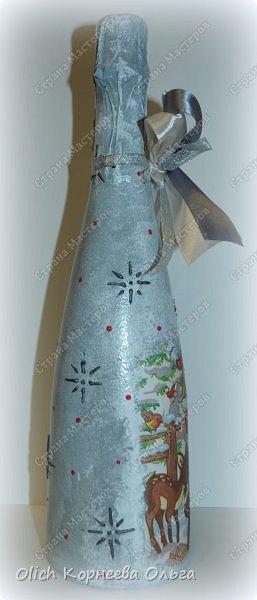 К Новому году в подарок украсила бутылки. Техника декупаж, несколько слоев краски с переходами, набрызг, рисунок контуром, горлышко украсила бантами из атласных лент. фото 6