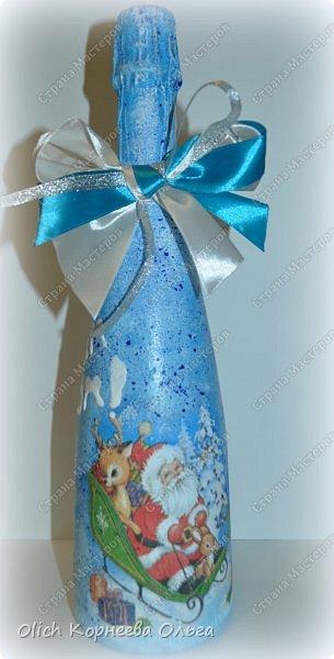 К Новому году в подарок украсила бутылки. Техника декупаж, несколько слоев краски с переходами, набрызг, рисунок контуром, горлышко украсила бантами из атласных лент. фото 8