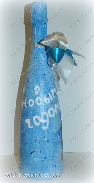 К Новому году в подарок украсила бутылки. Техника декупаж, несколько слоев краски с переходами, набрызг, рисунок контуром, горлышко украсила бантами из атласных лент. фото 9