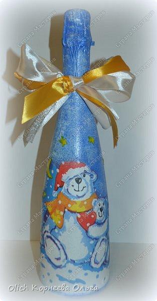 К Новому году в подарок украсила бутылки. Техника декупаж, несколько слоев краски с переходами, набрызг, рисунок контуром, горлышко украсила бантами из атласных лент. фото 10