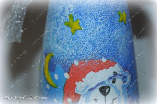 К Новому году в подарок украсила бутылки. Техника декупаж, несколько слоев краски с переходами, набрызг, рисунок контуром, горлышко украсила бантами из атласных лент. фото 11