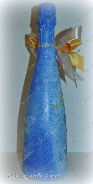 К Новому году в подарок украсила бутылки. Техника декупаж, несколько слоев краски с переходами, набрызг, рисунок контуром, горлышко украсила бантами из атласных лент. фото 12