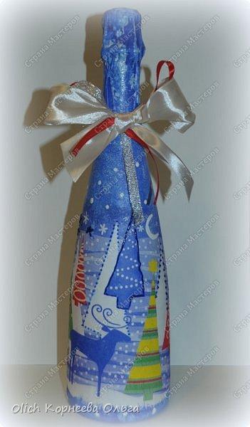 К Новому году в подарок украсила бутылки. Техника декупаж, несколько слоев краски с переходами, набрызг, рисунок контуром, горлышко украсила бантами из атласных лент. фото 13