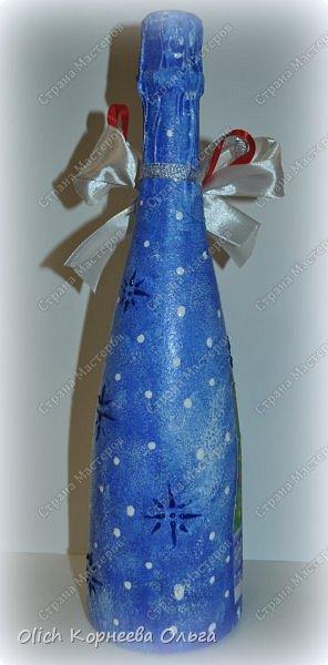 К Новому году в подарок украсила бутылки. Техника декупаж, несколько слоев краски с переходами, набрызг, рисунок контуром, горлышко украсила бантами из атласных лент. фото 14