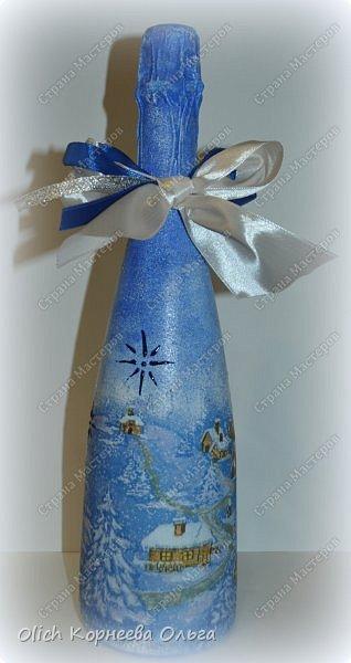 К Новому году в подарок украсила бутылки. Техника декупаж, несколько слоев краски с переходами, набрызг, рисунок контуром, горлышко украсила бантами из атласных лент. фото 15