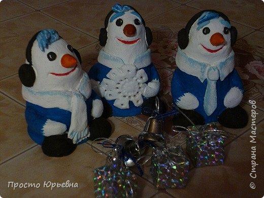 Дорогие и любимые соседи!С Новым годом Вас!Пусть счастье придет в каждый дом!Решила сделать подарки своей бригаде.Синий цвет-это цвет голубого топлива.Поэтому снеговички-газовички. фото 1