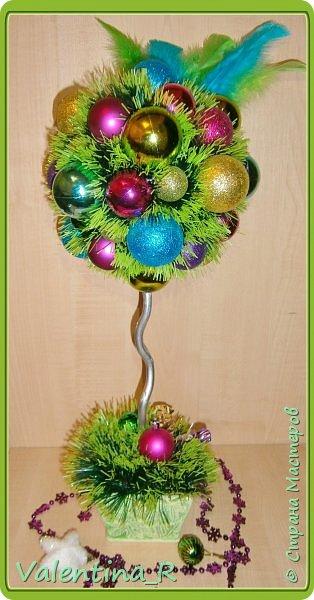 Яркий новогодний топиарий. Отличный повод не рубить зимой маленькую елочку)))