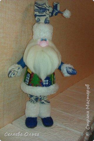 """Захотелось поставить под елочку Деда Мороза, а не Санту. Вот что получилось. Работа выполнена на основе мастер класса Натальи Пауль """"Дед Мороз из флиса"""", его легко найти в интернете. фото 5"""