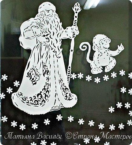 Спешит на ёлку Дед Мороз – Он не устал и не замёрз, Ведь быстрые салазки Везут его из сказки. Из снежной сказочной страны И неизвестной стороны Салазки с бубенцами Летят по небу сами. И, раздвигая облака, Мороз волнуется слегка, Ведь ждут его ребята – И птички, и зверята: Волчонок, лось и глухари, Лиса, тигрята, снегири. Его хомяк ждёт в норке. И зайчики на горке. Вот прибыл Дедушка Мороз, Подарки новые привёз – Конфеты и игрушки, Гирлянды и хлопушки! – Как рад, зверятки, видеть вас! Я всех побалую сейчас! У ёлки становитесь И за руки беритесь! Подружка ёлочка, зажгись, Огнями яркими светись! Пусть шарики при этом Сверкают дивным светом! Успел на ёлку Дед Мороз, Он не стал и не замёрз. У ёлки песни льются, Все пляшут и смеются!  (Ольга Корнеева) фото 17