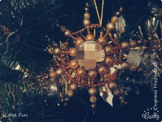 Всем привет)) Скоро Новый Год, а поэтому каждый мастер просто обязан сделать что-то для домашнего уюта своими руками! И я не осталась в стороне и выполнила пару новогодних игрушек в разных техниках!       Новогодняя звёздочка из бусин)) фото 1