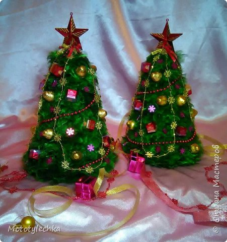 А вот и мои новогодние красавицы!Елочка из органзы и конфет.Делались в подарок. Первая елочка высотой 50 см фото 2