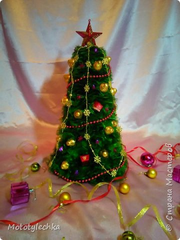 А вот и мои новогодние красавицы!Елочка из органзы и конфет.Делались в подарок. Первая елочка высотой 50 см фото 1