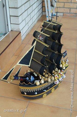 Решила выложить свой второй кораблик из конфет - на этот раз пиратский)) Заказывали на подарок на День Рождения мужчине) Получился немного пузатеньким)) фото 1