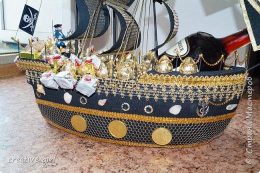Решила выложить свой второй кораблик из конфет - на этот раз пиратский)) Заказывали на подарок на День Рождения мужчине) Получился немного пузатеньким)) фото 2
