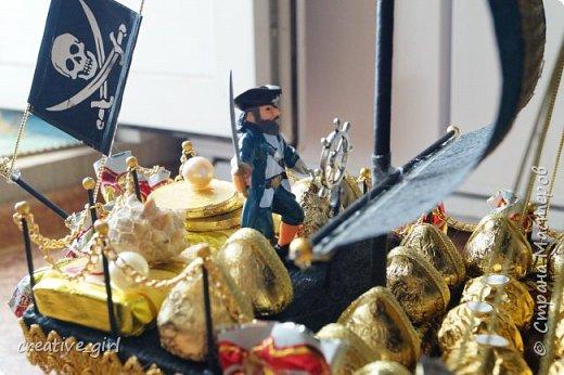 Решила выложить свой второй кораблик из конфет - на этот раз пиратский)) Заказывали на подарок на День Рождения мужчине) Получился немного пузатеньким)) фото 7