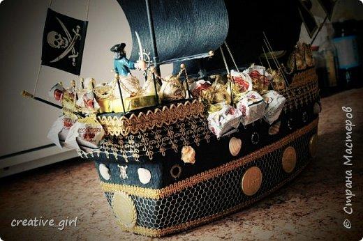 Решила выложить свой второй кораблик из конфет - на этот раз пиратский)) Заказывали на подарок на День Рождения мужчине) Получился немного пузатеньким)) фото 3