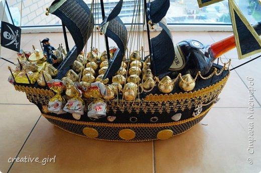 Решила выложить свой второй кораблик из конфет - на этот раз пиратский)) Заказывали на подарок на День Рождения мужчине) Получился немного пузатеньким)) фото 8