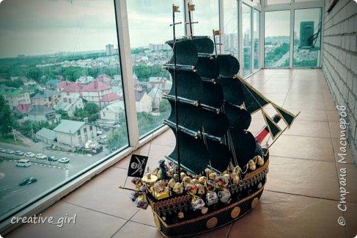Решила выложить свой второй кораблик из конфет - на этот раз пиратский)) Заказывали на подарок на День Рождения мужчине) Получился немного пузатеньким)) фото 5