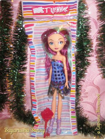 Всем Большой Новогодний ПРИВЕТ!!! Сегодня родители купили мне на Новый Год Мэдлин Хэттер!!!! УраАаАааааа!!!!! Эту куклу я еще в числах 20--ых видела, но там еще была Браер Бьюти...я вчера поехала в город, там искала кого-нибуд  ЭАХ, нашла не шарнирки... Сегодня под вечер хотела купить Браер, но ее уже купили....Но зато Мэдди осталась!!! И вот мояяяя!!!! Ураааа, так хотела кого-нибудь из эах...!!!! Урааааа теперь есть и вторая шарнирка!!!!!!!!! Так рада!  Предлагайте красивые, необычные имена!!!! или так оставить..??  P.S Ёлочку сама делала!!!! (первую еще сестрёнке подарила) :) :*) фото 2