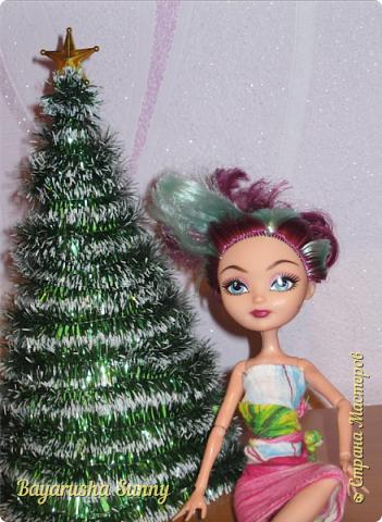 Всем Большой Новогодний ПРИВЕТ!!! Сегодня родители купили мне на Новый Год Мэдлин Хэттер!!!! УраАаАааааа!!!!! Эту куклу я еще в числах 20--ых видела, но там еще была Браер Бьюти...я вчера поехала в город, там искала кого-нибуд  ЭАХ, нашла не шарнирки... Сегодня под вечер хотела купить Браер, но ее уже купили....Но зато Мэдди осталась!!! И вот мояяяя!!!! Ураааа, так хотела кого-нибудь из эах...!!!! Урааааа теперь есть и вторая шарнирка!!!!!!!!! Так рада!  Предлагайте красивые, необычные имена!!!! или так оставить..??  P.S Ёлочку сама делала!!!! (первую еще сестрёнке подарила) :) :*) фото 1