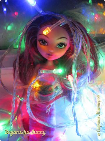 Всем Большой Новогодний ПРИВЕТ!!! Сегодня родители купили мне на Новый Год Мэдлин Хэттер!!!! УраАаАааааа!!!!! Эту куклу я еще в числах 20--ых видела, но там еще была Браер Бьюти...я вчера поехала в город, там искала кого-нибуд  ЭАХ, нашла не шарнирки... Сегодня под вечер хотела купить Браер, но ее уже купили....Но зато Мэдди осталась!!! И вот мояяяя!!!! Ураааа, так хотела кого-нибудь из эах...!!!! Урааааа теперь есть и вторая шарнирка!!!!!!!!! Так рада!  Предлагайте красивые, необычные имена!!!! или так оставить..??  P.S Ёлочку сама делала!!!! (первую еще сестрёнке подарила) :) :*) фото 5