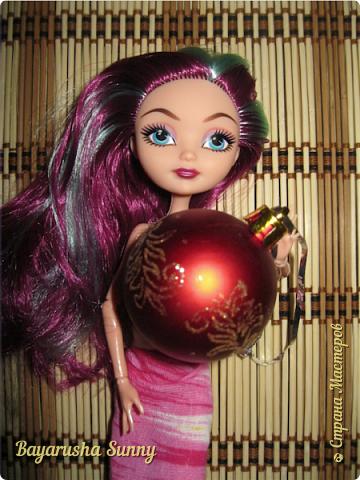 Всем Большой Новогодний ПРИВЕТ!!! Сегодня родители купили мне на Новый Год Мэдлин Хэттер!!!! УраАаАааааа!!!!! Эту куклу я еще в числах 20--ых видела, но там еще была Браер Бьюти...я вчера поехала в город, там искала кого-нибуд  ЭАХ, нашла не шарнирки... Сегодня под вечер хотела купить Браер, но ее уже купили....Но зато Мэдди осталась!!! И вот мояяяя!!!! Ураааа, так хотела кого-нибудь из эах...!!!! Урааааа теперь есть и вторая шарнирка!!!!!!!!! Так рада!  Предлагайте красивые, необычные имена!!!! или так оставить..??  P.S Ёлочку сама делала!!!! (первую еще сестрёнке подарила) :) :*) фото 12