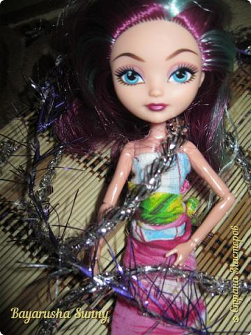 Всем Большой Новогодний ПРИВЕТ!!! Сегодня родители купили мне на Новый Год Мэдлин Хэттер!!!! УраАаАааааа!!!!! Эту куклу я еще в числах 20--ых видела, но там еще была Браер Бьюти...я вчера поехала в город, там искала кого-нибуд  ЭАХ, нашла не шарнирки... Сегодня под вечер хотела купить Браер, но ее уже купили....Но зато Мэдди осталась!!! И вот мояяяя!!!! Ураааа, так хотела кого-нибудь из эах...!!!! Урааааа теперь есть и вторая шарнирка!!!!!!!!! Так рада!  Предлагайте красивые, необычные имена!!!! или так оставить..??  P.S Ёлочку сама делала!!!! (первую еще сестрёнке подарила) :) :*) фото 13