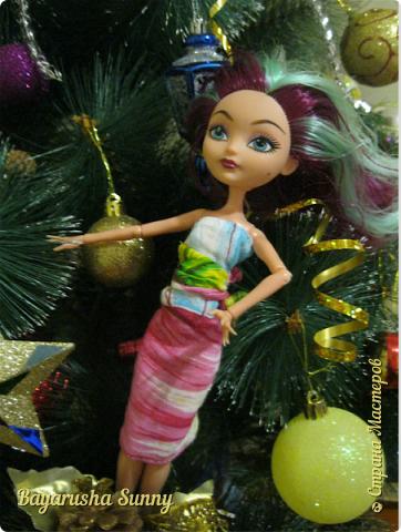 Всем Большой Новогодний ПРИВЕТ!!! Сегодня родители купили мне на Новый Год Мэдлин Хэттер!!!! УраАаАааааа!!!!! Эту куклу я еще в числах 20--ых видела, но там еще была Браер Бьюти...я вчера поехала в город, там искала кого-нибуд  ЭАХ, нашла не шарнирки... Сегодня под вечер хотела купить Браер, но ее уже купили....Но зато Мэдди осталась!!! И вот мояяяя!!!! Ураааа, так хотела кого-нибудь из эах...!!!! Урааааа теперь есть и вторая шарнирка!!!!!!!!! Так рада!  Предлагайте красивые, необычные имена!!!! или так оставить..??  P.S Ёлочку сама делала!!!! (первую еще сестрёнке подарила) :) :*) фото 9