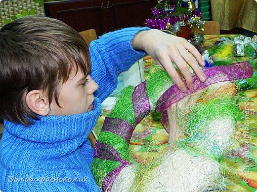 К Новому Году и Рождеству старшие ребята самостоятельно изготовили венки из гофрокартона и сизаля. фото 2