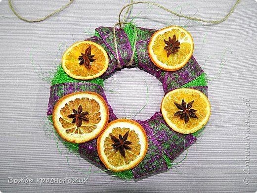 К Новому Году и Рождеству старшие ребята самостоятельно изготовили венки из гофрокартона и сизаля. фото 7