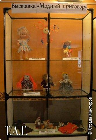 """В социальных сетях на страничках Центра культуры г. Чердыни появилось объявление: Центр культуры приглашает  принять участие  в выставке «Модный приговор». """"Дорогие наши рукодельницы, если у вас есть куклы, и вы вяжите, и шьёте для них одежду, мы с удовольствием  покажем ваши работы на нашей новой выставке."""" Открою секрет, что название выставки подсказала я, а меня надоумила Людмила (Милалюдям ), прокомментировав конкурсную работу """"...Наташка- звучит как лесная ромашка..."""" ( https://stranamasterov.ru/node/964086?k=all&u=6975 )   фото 2"""