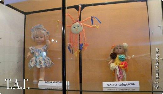 """В социальных сетях на страничках Центра культуры г. Чердыни появилось объявление: Центр культуры приглашает  принять участие  в выставке «Модный приговор». """"Дорогие наши рукодельницы, если у вас есть куклы, и вы вяжите, и шьёте для них одежду, мы с удовольствием  покажем ваши работы на нашей новой выставке."""" Открою секрет, что название выставки подсказала я, а меня надоумила Людмила (Милалюдям ), прокомментировав конкурсную работу """"...Наташка- звучит как лесная ромашка..."""" ( https://stranamasterov.ru/node/964086?k=all&u=6975 )   фото 4"""