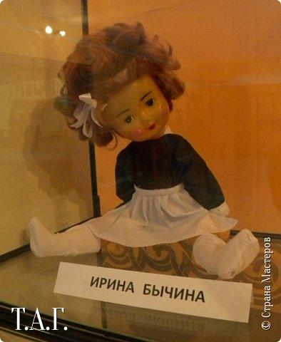 """В социальных сетях на страничках Центра культуры г. Чердыни появилось объявление: Центр культуры приглашает  принять участие  в выставке «Модный приговор». """"Дорогие наши рукодельницы, если у вас есть куклы, и вы вяжите, и шьёте для них одежду, мы с удовольствием  покажем ваши работы на нашей новой выставке."""" Открою секрет, что название выставки подсказала я, а меня надоумила Людмила (Милалюдям ), прокомментировав конкурсную работу """"...Наташка- звучит как лесная ромашка..."""" ( https://stranamasterov.ru/node/964086?k=all&u=6975 )   фото 5"""