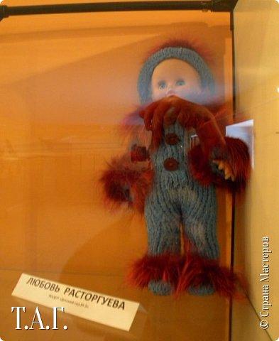 """В социальных сетях на страничках Центра культуры г. Чердыни появилось объявление: Центр культуры приглашает  принять участие  в выставке «Модный приговор». """"Дорогие наши рукодельницы, если у вас есть куклы, и вы вяжите, и шьёте для них одежду, мы с удовольствием  покажем ваши работы на нашей новой выставке."""" Открою секрет, что название выставки подсказала я, а меня надоумила Людмила (Милалюдям ), прокомментировав конкурсную работу """"...Наташка- звучит как лесная ромашка..."""" ( https://stranamasterov.ru/node/964086?k=all&u=6975 )   фото 7"""