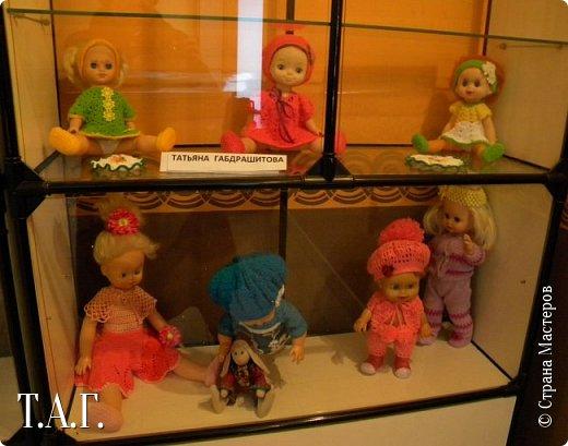 """В социальных сетях на страничках Центра культуры г. Чердыни появилось объявление: Центр культуры приглашает  принять участие  в выставке «Модный приговор». """"Дорогие наши рукодельницы, если у вас есть куклы, и вы вяжите, и шьёте для них одежду, мы с удовольствием  покажем ваши работы на нашей новой выставке."""" Открою секрет, что название выставки подсказала я, а меня надоумила Людмила (Милалюдям ), прокомментировав конкурсную работу """"...Наташка- звучит как лесная ромашка..."""" ( https://stranamasterov.ru/node/964086?k=all&u=6975 )   фото 8"""