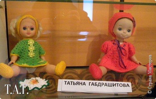 """В социальных сетях на страничках Центра культуры г. Чердыни появилось объявление: Центр культуры приглашает  принять участие  в выставке «Модный приговор». """"Дорогие наши рукодельницы, если у вас есть куклы, и вы вяжите, и шьёте для них одежду, мы с удовольствием  покажем ваши работы на нашей новой выставке."""" Открою секрет, что название выставки подсказала я, а меня надоумила Людмила (Милалюдям ), прокомментировав конкурсную работу """"...Наташка- звучит как лесная ромашка..."""" ( https://stranamasterov.ru/node/964086?k=all&u=6975 )   фото 9"""