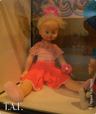 """В социальных сетях на страничках Центра культуры г. Чердыни появилось объявление: Центр культуры приглашает  принять участие  в выставке «Модный приговор». """"Дорогие наши рукодельницы, если у вас есть куклы, и вы вяжите, и шьёте для них одежду, мы с удовольствием  покажем ваши работы на нашей новой выставке."""" Открою секрет, что название выставки подсказала я, а меня надоумила Людмила (Милалюдям ), прокомментировав конкурсную работу """"...Наташка- звучит как лесная ромашка..."""" ( https://stranamasterov.ru/node/964086?k=all&u=6975 )   фото 12"""