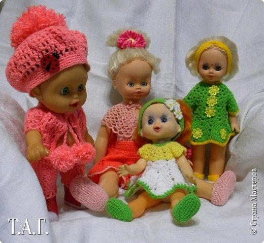 """В социальных сетях на страничках Центра культуры г. Чердыни появилось объявление: Центр культуры приглашает  принять участие  в выставке «Модный приговор». """"Дорогие наши рукодельницы, если у вас есть куклы, и вы вяжите, и шьёте для них одежду, мы с удовольствием  покажем ваши работы на нашей новой выставке."""" Открою секрет, что название выставки подсказала я, а меня надоумила Людмила (Милалюдям ), прокомментировав конкурсную работу """"...Наташка- звучит как лесная ромашка..."""" ( https://stranamasterov.ru/node/964086?k=all&u=6975 )   фото 28"""