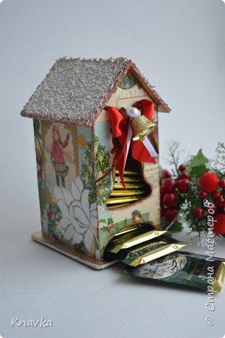 Всем привет, дорогие мои волшебники и волшебницы Страны!))  Ииии – первым делом – С НАААА! СТУУУУ!! ПАААА!! !ЮУУУУ!! ЩИИИИИИИИМ!)) Всех целую, всех обнимаю и поздравляю с самым нашим любимым, волшебным, таким теплым и семейным праздником – с Новым Годом! Я невероятно люблю этот праздник, и самый большой взрыв положительного настроения у меня обычно именно 31 декабря каждого года)) В связи с этим, я от всей душеньки вам желаю, чтобы:   - вы сами, ваши дети и родители были счастливы и здоровы. Как не особо стрессоустойчивый человек, я вам ответственно заявляю: наше здоровье напрямую зависит от наших настроений, и счастье со здоровьем – это абсолютно неразделимые вещи. Пусть они всегда у вас будут полной чашей – и то, и другое;  - чтобы ваши реальные и нереальные планы превращались в реальность, и та высокая заданная планка, которую мы ставим себе в планах, была достигнута. Нужно верить в то, что у нас все будет и все получится – и оно непременно так и будет. Также проверено на себе;  - чтобы Дедушка Мороз всем подарил такую мастерскую, как у Даши Хомюк )) Для меня это почти идеал))) Пусть ваши хомячьи запасы растут с каждым годом, а материалы всегда будут востребованы для ИНТЕРЕСНЫХ заказов;  - ну и музу вам, без ее отпусков и больничных)) Тут и сказать больше нечего) фото 2