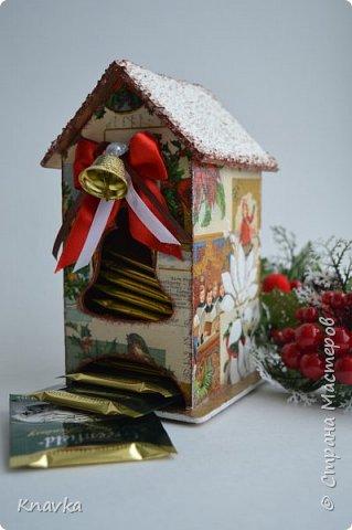 Всем привет, дорогие мои волшебники и волшебницы Страны!))  Ииии – первым делом – С НАААА! СТУУУУ!! ПАААА!! !ЮУУУУ!! ЩИИИИИИИИМ!)) Всех целую, всех обнимаю и поздравляю с самым нашим любимым, волшебным, таким теплым и семейным праздником – с Новым Годом! Я невероятно люблю этот праздник, и самый большой взрыв положительного настроения у меня обычно именно 31 декабря каждого года)) В связи с этим, я от всей душеньки вам желаю, чтобы:   - вы сами, ваши дети и родители были счастливы и здоровы. Как не особо стрессоустойчивый человек, я вам ответственно заявляю: наше здоровье напрямую зависит от наших настроений, и счастье со здоровьем – это абсолютно неразделимые вещи. Пусть они всегда у вас будут полной чашей – и то, и другое;  - чтобы ваши реальные и нереальные планы превращались в реальность, и та высокая заданная планка, которую мы ставим себе в планах, была достигнута. Нужно верить в то, что у нас все будет и все получится – и оно непременно так и будет. Также проверено на себе;  - чтобы Дедушка Мороз всем подарил такую мастерскую, как у Даши Хомюк )) Для меня это почти идеал))) Пусть ваши хомячьи запасы растут с каждым годом, а материалы всегда будут востребованы для ИНТЕРЕСНЫХ заказов;  - ну и музу вам, без ее отпусков и больничных)) Тут и сказать больше нечего) фото 5