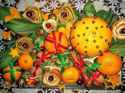 С Наступающим, дорогие мои!!! Буквально сегодня изваяла настольную композицию))) Очень хотелось апельсинов с гвоздикой (оказывается называются они Помандеры), но как на зло в магазине не оказалось гвоздики, пришлось обходиться своими скудными запасами... Поэтому помандер только один))), остальные составляющие: мандарины, орехи, каштаны, шиповник, апельсиновые и яблочные корки, палочки корицы. фото 2