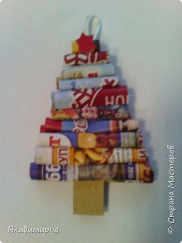 Елочная игрушка из бросовых материалов. Трубочки из рекламных проспектов наклеили на картон. Это мой образец.  фото 1