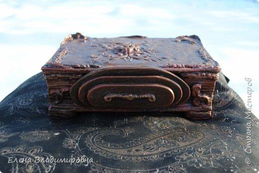 старую ненужную книгу ,переделала в шкатулку . Середину вырезала и сделала маленькую шкатулочку .  фото 3