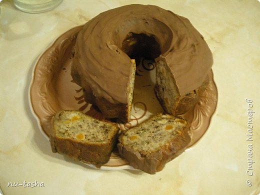 Праздники продолжаются, домочадцы хотят вкуснятины. Торт печь что-то было лень, поэтому кекс, но банановый- все-таки год обезьяны!  Для приготовления понадобятся следующие продукты: 2 стакана муки, 1 стакан сахара, 2 яйца, 100 г сливочного масла, 4 спелых банана, ! ч.л. соды, 0,5 ч.л. соли, щепотка ванилина, 0,5 стакана грецких орехов, 0,5 стакана кураги. фото 1