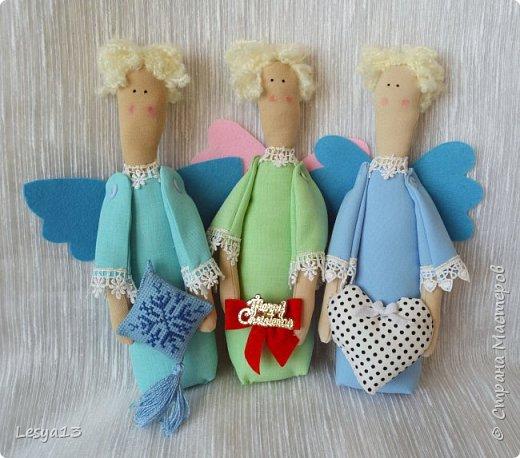 Приветствую всех Мастериц и Мастеров! Поздравляю всех с наступившим Новым Годом! В преддверии приближающегося Рождества предлагаю вам мастер-класс Рождественского Ангела-тильды.   Это очень простой тильдовский персонаж. Строго говоря, это не совсем тильда, этого ангела придумала датский дизайнер Анне Расмуссен. Такого ангела  может сшить даже начинающий или ребенок, весь процесс занимает буквально пару часов. Такой тильда-ангел может стать прекрасным рождественским подарком.  фото 30